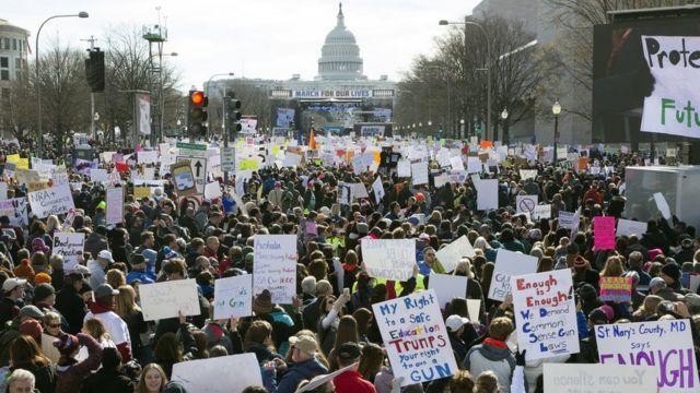 """Хиљаде људи се окупило у """"Маршу за наше животе"""" на авенији Пенсилванија у Вашингтону"""