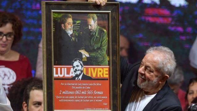 Lula carrega foto em que aparece ao lado de Fidel Castro