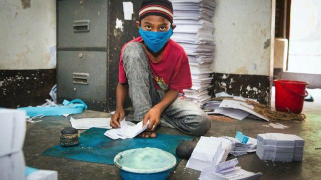 Imran kağıt çanta üretiyor