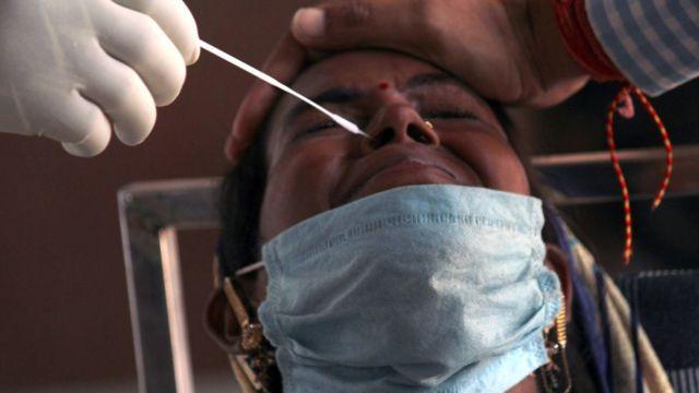 Hindistan'da burnundan test amaçlı numune alınan bir hasta.