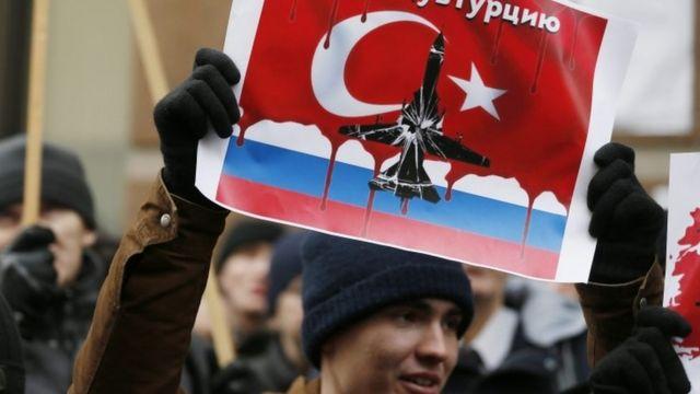 ロシア軍機撃墜に抗議する人たちが、モスクワのトルコ大使館前で抗議した(25日)