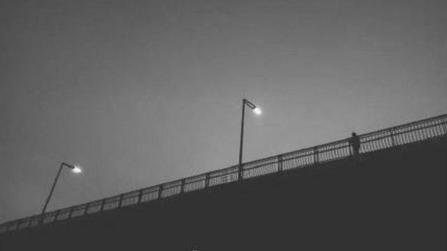歩道橋にひとり