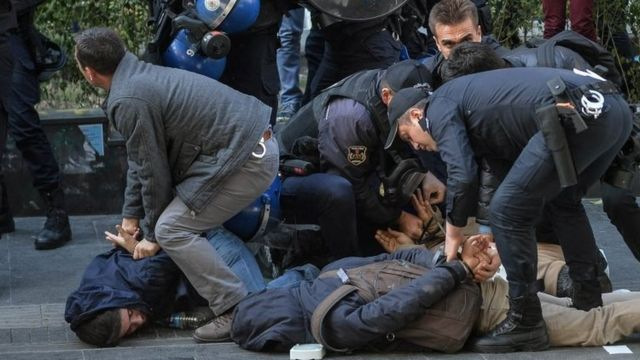 Polis Ankarada HDP tərəfdarını həbs edir (4 noyabr 2016)