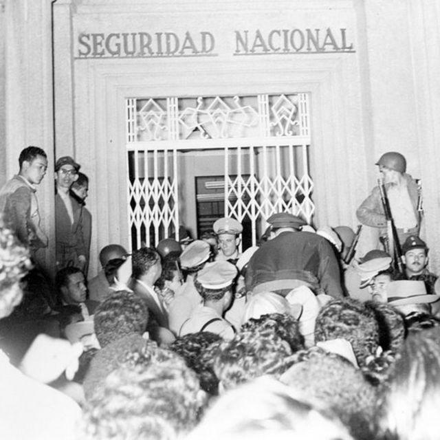 Tras la caída de Pérez Jiménez, una multitud acudió a la sede de la policía política para liberar a los presos en sus calabozos.