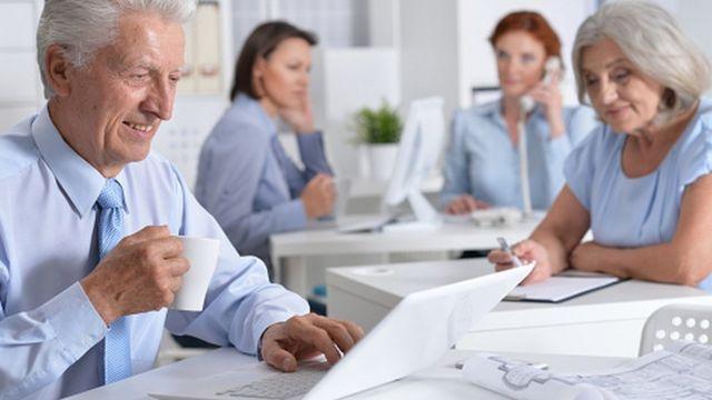 موظفون متقدمون في السن