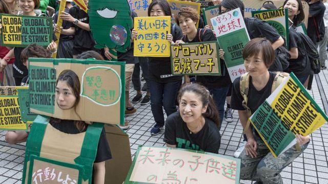 日本で気候変動対策を訴える人たち(20日、東京・渋谷区)