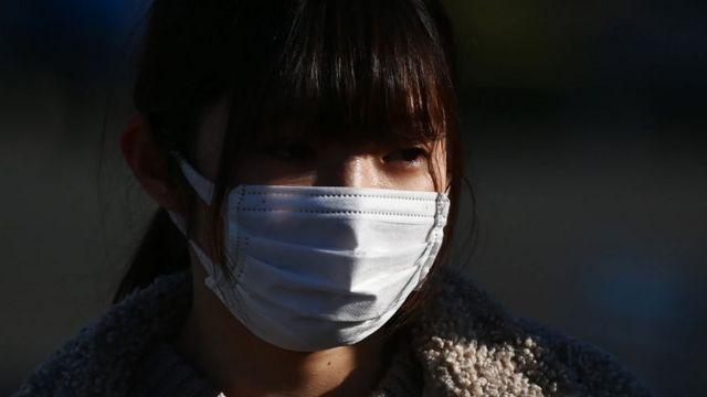 کورونا وایرس سے تحفظ کے لیے چینی خاتون مساک پہنے ہوئے
