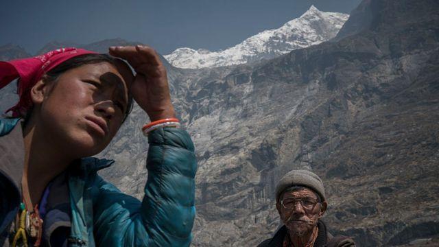 Pobladores locales en el valle de Langtang intentan reconstruir sus aldeas luego del terremoto de 2015, que mató a casi 9.000 personas en Nepal