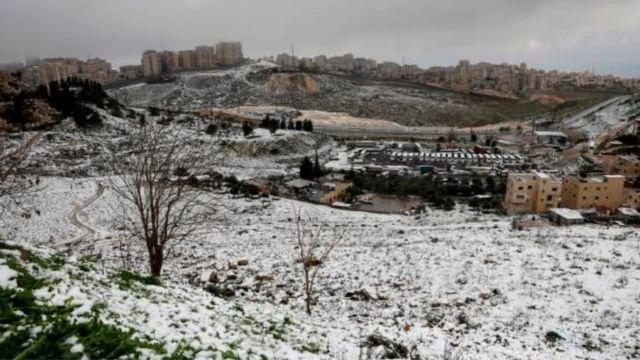 الثلوج تكسو حي العيسوية في القدس