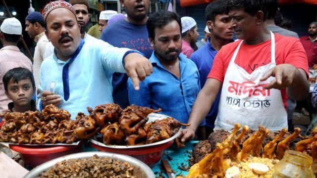 คนขายอาหารริมในชอกบาซาร์ กรุงธากา บังกลาเทศ