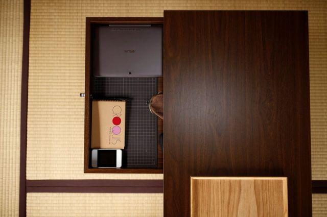 Las pertenencias del minimalista Katsuya Toyoda en un cajón de su escritorio, en Tokio