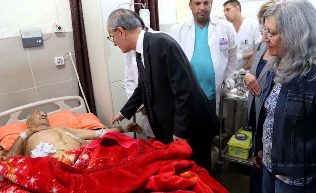 نجم الدين كريم، محافظ كركوك يقوم بعيادة مصابين في هجمات شنها جهاديو تنظيم الدولة الاسلامية، في مستشفى في مدينة كركوك التي يسيطر عليها الأكراد، يوم 24 أكتوبر / تشرين الأول 2016.