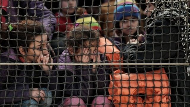 18日には約900人の移民がギリシャのレスボス島近くで救助された