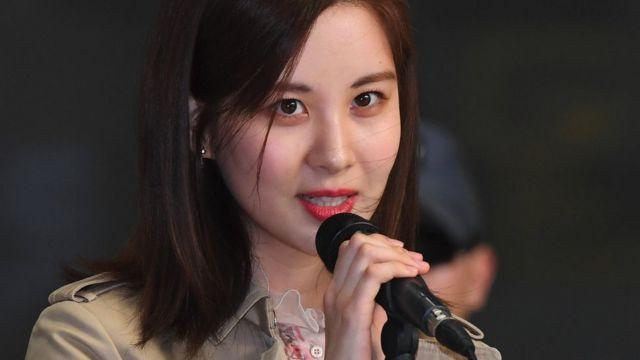 Южнокорейская актриса и певица обратилась к средствам массовой информации перед отъездом в Пхеньян из международного аэропорта Гимпо в Сеуле 31 марта 2018 года.