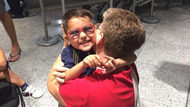 Lisa Campbell abraza a Mustafa, un niño residente que se prepara para dejar el campo.