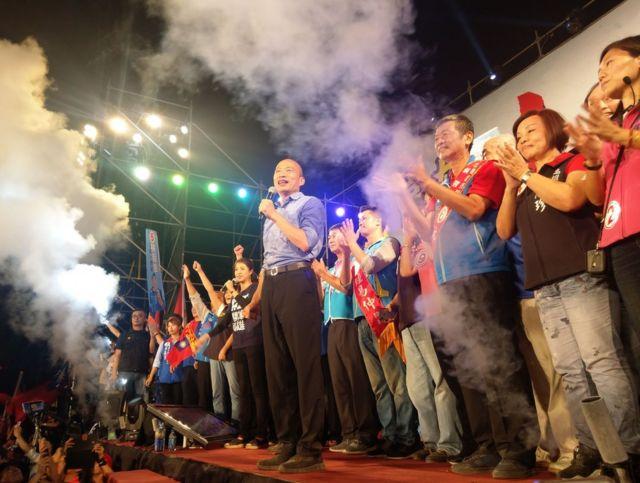 國民黨高雄市長參選人韓國瑜一上台,就吸引了許多支持民眾的掌聲。