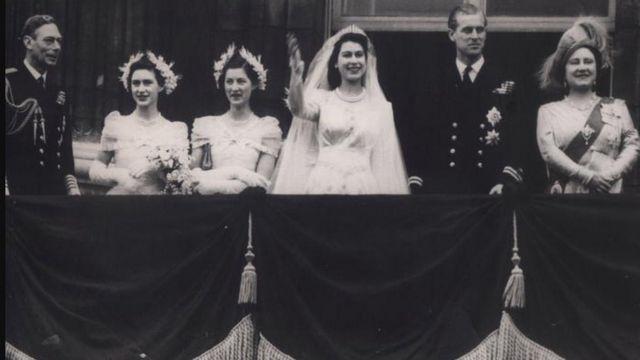 1947'deki düğün sırasında Kraliçe Elizabeth 21; Philip Mountbatten 26 yaşındaydı