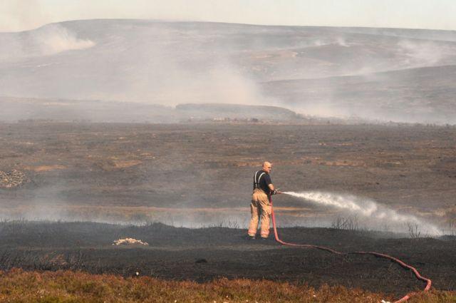 Un bombero en Saddleworth Moor