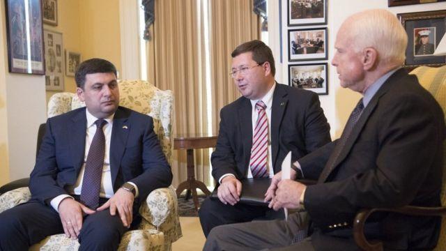 Премьер-министр Владимир Гройсман, Станислав Ежов (в центре) и председатель комитета по вопросам Вооруженных Сил Сената США Джон Маккейн, встреча в Вашингтоне, 2016 год
