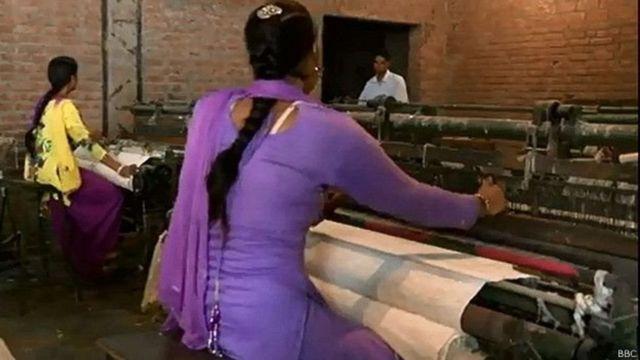 ખાદીનું કામ કરતી મહિલાઓ