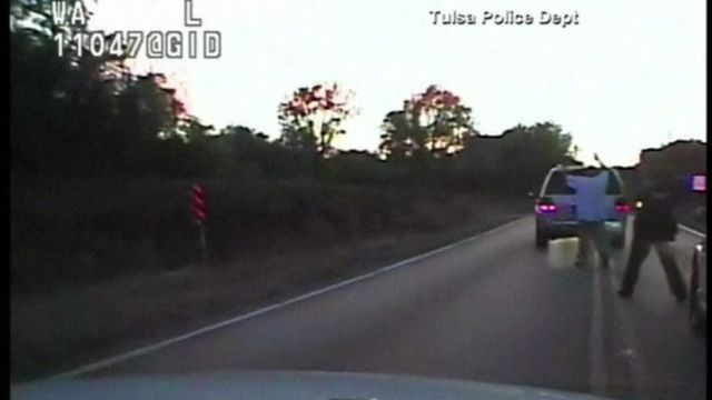 La imagen del video liberado por la policía de Tulsa muestra el momento en que Terence Crutcher se acerca a su vehículo con las manos en alto.