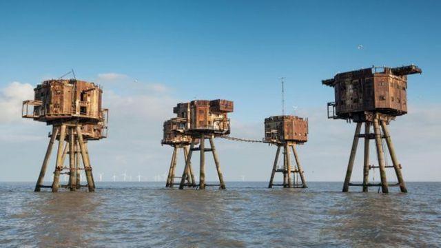 Vários fortes marítimos foram construídos ao largo da costa inglesa para deter e relatar ataques aéreos alemães