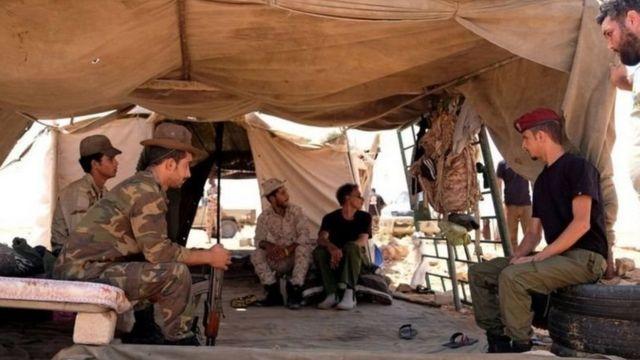 مقاتلون ليبيون في خيمة