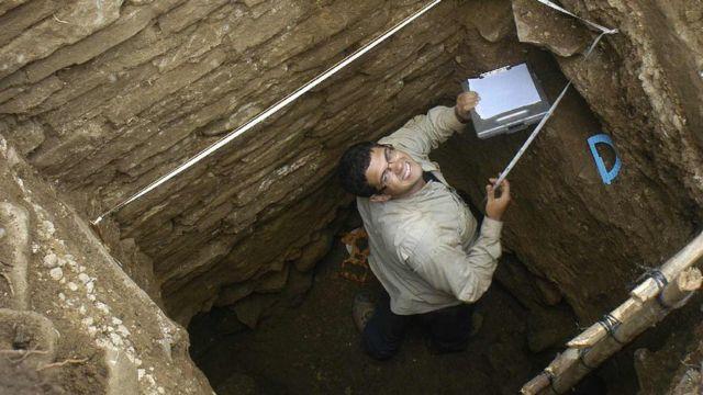 Estudiante Mario Borrero en una fosa durante excavaciones