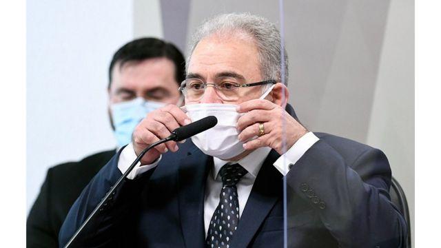 Marcelo Queiroga mexe em máscara durante depoimento na CPI