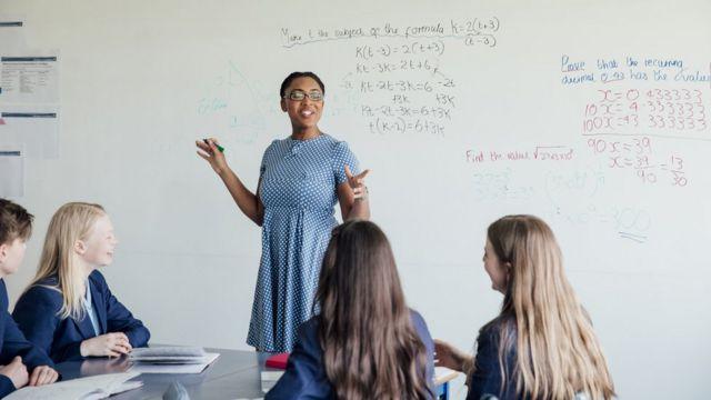 Una profesora dando clases.