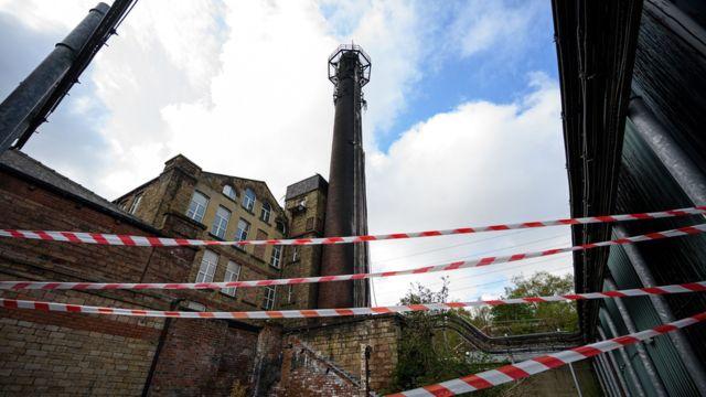 Torre de transmissão de telefonia celular foi incendiada em Huddersfield em abril