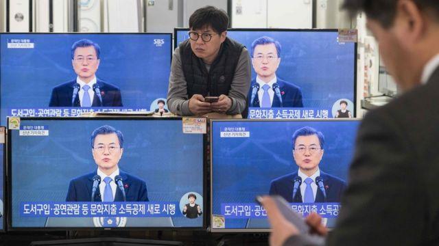 首尔某购物商场内展示的电视机在播出韩国总统文在寅发表新年文告(10/1/2018)