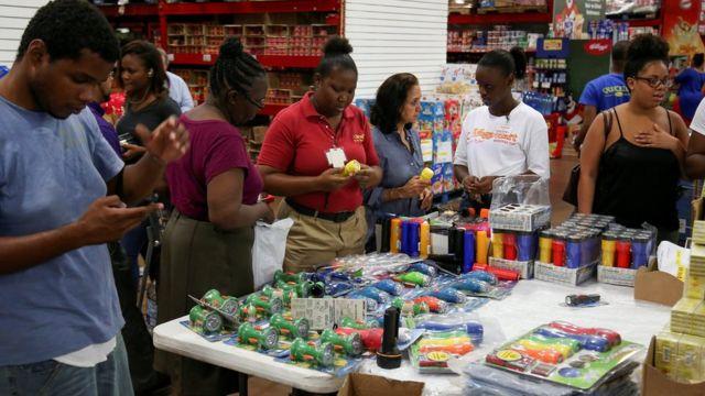 Compra de emergencia en Kingston, Jamaica, en vísperas de la llegada del huracán Matthew.