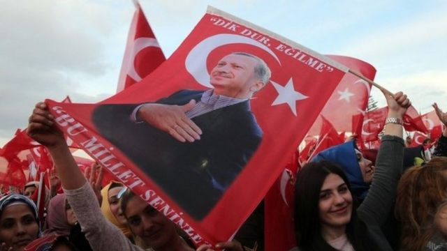 People carry a flag depicting Turkish President Recep Tayyip Erdogan in Ankara. Photo: 17 April 2017