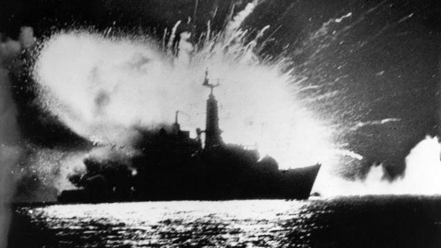 Ataque al buque británico HMS Antelope por parte de las fuerzas argentinas