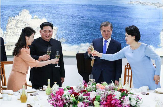 金正恩夫人李雪主(左)傍晚也有到板门店出席晚宴,与文在寅夫人金正淑(右)碰杯。