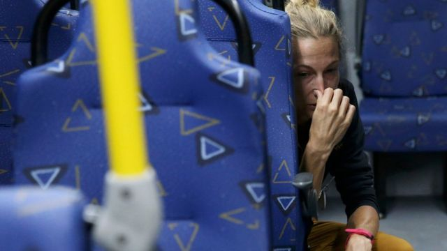 La periodista Joanna Moyse sentada en el autobús tras el ataque
