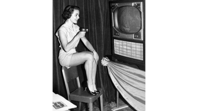 """1955 год, Чикаго. Демонстрируется новый способ управлять телевизором - с помощью маленького """"пистолета"""", стреляющего световым лучом"""