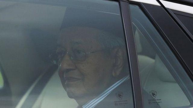 Mahathir Mohamad di dalam mobil setelah meninggalkan istana Senin (24/02).