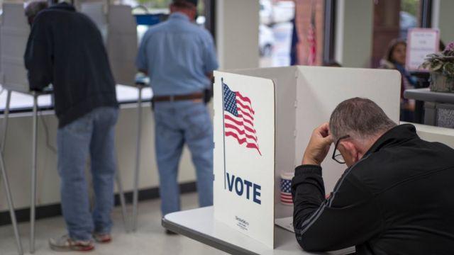 Personas votando.