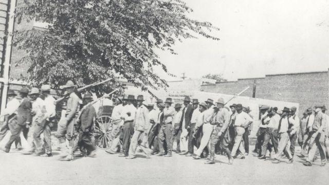 Guarda nacional com negros detidos após o massacre