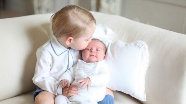 今年5月2日にシャーロット王女が誕生して間もなく、兄妹の写真が公表された
