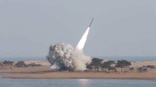 北朝鮮、核弾頭の小型化に成功し弾道ミサイルに搭載できるようになったと主張。写真はKCNAが3月4日に配信した、新型ロケット発射システム