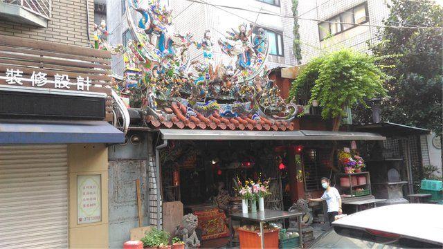在台湾的都会住宅区,有不少的小型庙宇或者神坛与住宅大楼毗邻而居,曾经出现因为烧香和烧纸钱而引发的争执。