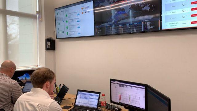 تحلیلگران در مرکز عملیاتهای امنیتی با حملههای سایبری مقابله میکنند