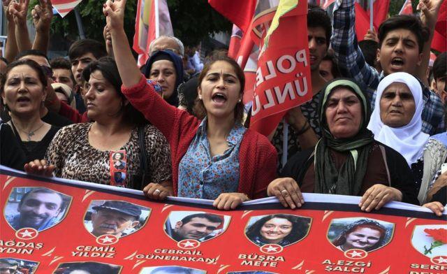 Manifestantes lamentam a morte de 32 pessoas em Suruc