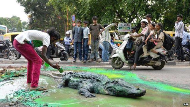 مجسمه کروکودیل در چاله خیابان در بنگلور