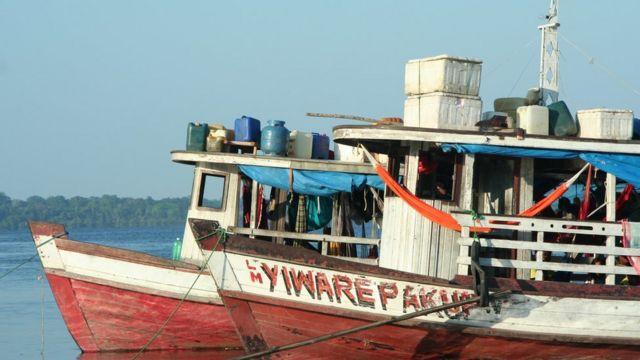 Barco transporta carga no rio