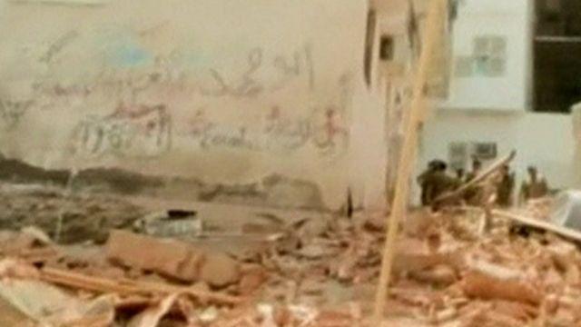 وزیر کشور عربستان گفته ساختمانی که مهاجم انتحاری در آن به محاصره افتاده بود پس از انفجار فرو ریخته است