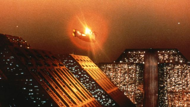 Кадр из фильма с летающим автомобилем